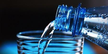 L'acqua che beviamo potrebbe contenere microplastiche